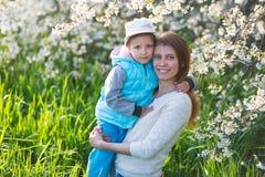 Familjmamma med dotterkvinnan med barnet i vårställning och hu royaltyfri fotografi