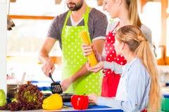 Familjmatlagning i sund mat för inhemskt kök Royaltyfri Fotografi