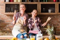 Familjmatlagning som älskar förhållandemathälsa royaltyfria foton