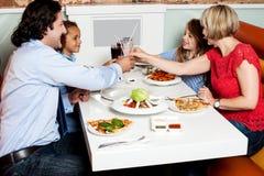 Familjmatställe på restaurangen royaltyfria foton