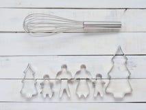 Familjmetallkakan eller kexskäraren som komponeras av fader, modern, brodern, syster och, sörjer trädet med metall viftar över gr Royaltyfria Bilder