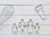 Familjmetallkakan eller kexskäraren som komponeras av fader, modern, brodern, syster och, sörjer trädet med metall viftar och ska Arkivbilder