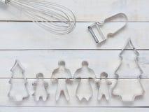 Familjmetallkakan eller kexskäraren som komponeras av fader, modern, brodern, syster och, sörjer trädet med metall viftar och ska Arkivbild