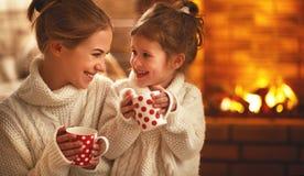 Familjmoder och barn som dricker te och skrattar på vinter även royaltyfri foto