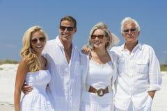 Familjmoderfader Son Daughter Couples på stranden Arkivfoto