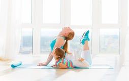 Familjmodern och barndottern är förlovade i kondition, yoga på Royaltyfri Foto