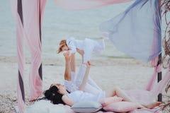 Familjmorgon på stranden royaltyfri fotografi