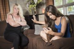 Familjproblembegrepp Moderförsök att tala hans dotter arkivfoto