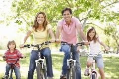 Familjridningcyklar Arkivfoto