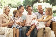 Familjsammanträde för tre utveckling på Sofa Together Royaltyfria Foton