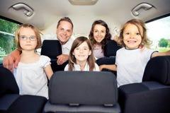 Familjsammanträde inom deras bil royaltyfria bilder