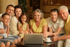 Familjsammanträde med digitala apparater royaltyfri fotografi