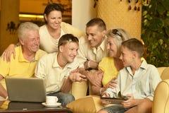 Familjsammanträde med digitala apparater royaltyfri bild