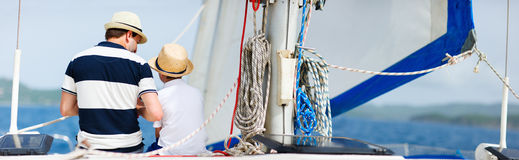 Familjsegling på en lyxig yacht Royaltyfri Bild