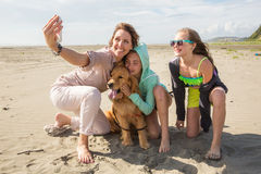 Familjselfie på stranden arkivbild