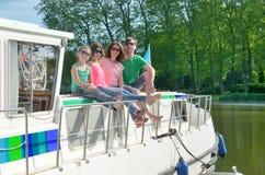 Familjsemester, lopp för sommarferie på pråmfartyget i kanal, lyckliga ungar och föräldrar som har gyckel på flodkryssningtur i h royaltyfria foton