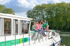 Familjsemester, lopp på pråmfartyget i kanalen, lyckliga ungar som har gyckel på flodkryssningtur Royaltyfri Bild