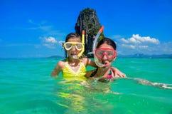 Familjsemester, moder och unge som snorklar i havet Arkivfoto