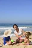 Familjsemester på stranden: Moder och ungar Royaltyfria Foton