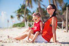 Familjsemester på den carribean stranden Arkivfoto