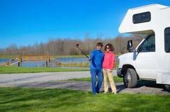 Familjsemester, RV-lopp, lycklig pardanandeselfie nära camparen på ferietur i motorhome Royaltyfri Bild