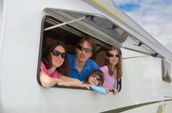 Familjsemestern, RV-lopp med ungar, har lyckliga föräldrar med barn gyckel på ferietur i motorhome, husvagncampare Royaltyfri Fotografi