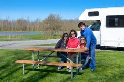 Familjsemestern, RV-lopp med ungar, har lyckliga föräldrar med barn gyckel på ferietur i motorhome Royaltyfri Fotografi
