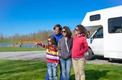 Familjsemestern, RV-lopp med ungar, har lyckliga föräldrar med barn gyckel på ferietur i motorhome Royaltyfri Bild