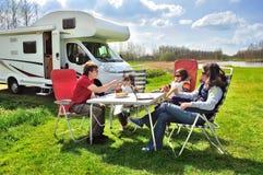 Familjsemestern, RV-lopp med ungar, snubblar lyckliga föräldrar med barn på ferie i motorhome Royaltyfria Bilder