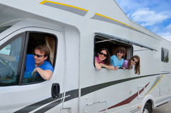 Familjsemestern, RV-lopp med ungar, snubblar lyckliga föräldrar med barn på ferie i motorhome arkivfoton