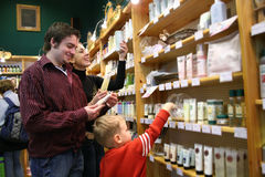 familjsjukvården shoppar Royaltyfri Foto