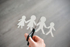 Familjskilsmässabegreppet med människapapper formar och scissors Arkivbilder