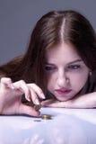 Familjskulder Frustrerat barn och desperat räkna för kvinna som är smal royaltyfria foton