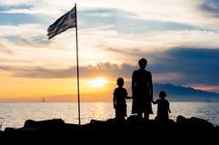 Familjsolnedgångkontur Arkivfoto