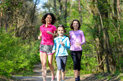 Familjsport, lycklig aktiv moder och ungar som utomhus joggar Royaltyfri Foto