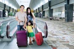 Familjställning i flygplatskorridor Arkivbild