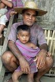 Familjstående av den filippinska fadern och barnet royaltyfria foton