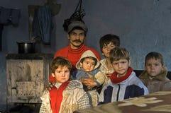 Familjstående av fattiga Roma Gypsies, Rumänien royaltyfri bild