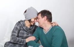 Familjstående av mannen och kvinnan på en vit bakgrund Arkivfoto