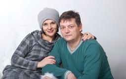 Familjstående av mannen och kvinnan på en vit bakgrund Fotografering för Bildbyråer