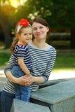 Familjstående av modern och årig dotter som två kramar sig fotografering för bildbyråer