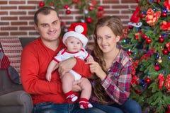 Familjstående för lycklig jul Att le uppfostrar med behandla som ett barn dottern hemma som firar nytt år jul min version för por Royaltyfria Foton