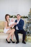 Familjstående för lycklig jul Att le uppfostrar med behandla som ett barn dottern hemma som firar nytt år jul min version för por Arkivfoto