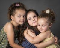 Familjstående för tre härlig lilla systrar royaltyfri bild