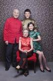 Familjstående i kinesiska traditionella kläder Royaltyfri Fotografi