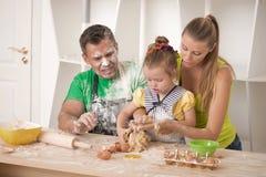 Familjstående, medan laga mat Arkivfoton