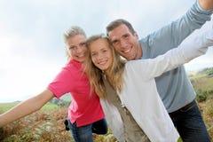 Familjstående på fotvandra dag Arkivfoton