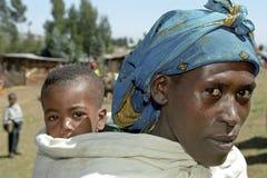 Familjståenden av den etiopiska modern och behandla som ett barn Royaltyfria Bilder