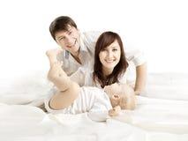 Familjståenden, moderfader och behandla som ett barn, lyckliga föräldrar med ungen Royaltyfria Bilder