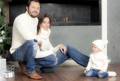 Familjstående nära julgranen Royaltyfria Bilder